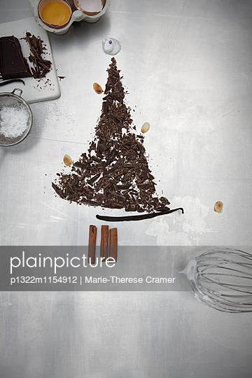 Schokoladentannenbaum auf Arbeitsfäche - p1322m1154912 von Marie-Therese Cramer