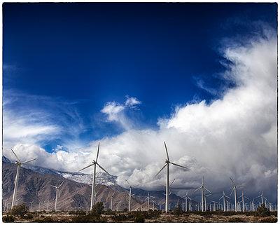 Windpark unter Wolken - p1154m1110241 von Tom Hogan