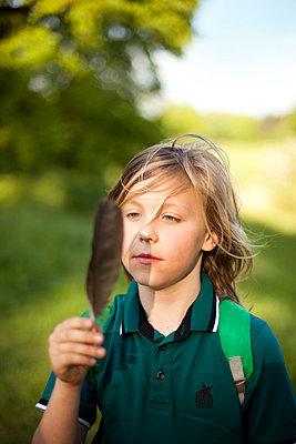 Junge mit Feder - p1195m1138160 von Kathrin Brunnhofer