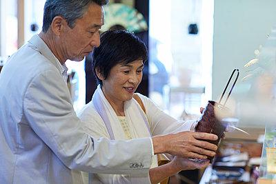 Japanese senior couple shopping - p307m2019884 by Yosuke Tanaka
