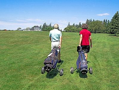 Senioren beim Golf spielen  - p6430192f von senior images RF