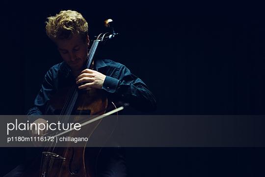 Cellist im Spotlight - p1180m1116172 von chillagano