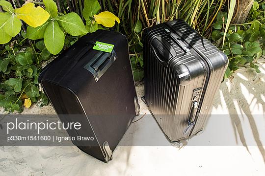 Zwei Koffer am Sandstrand - p930m1541600 von Phillip Gätz