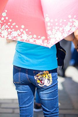 Brüllender Tiger auf Hose - p045m1492238 von Jasmin Sander