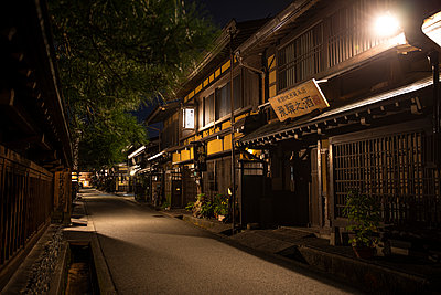 Japan, Takayama, Illuminated street of Japanese village at night - p300m2155093 by Andrés Benitez