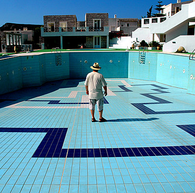 A man in an empty pool in a holiday village in Crete. - p987m2062302 by DEVRESSE Patrick