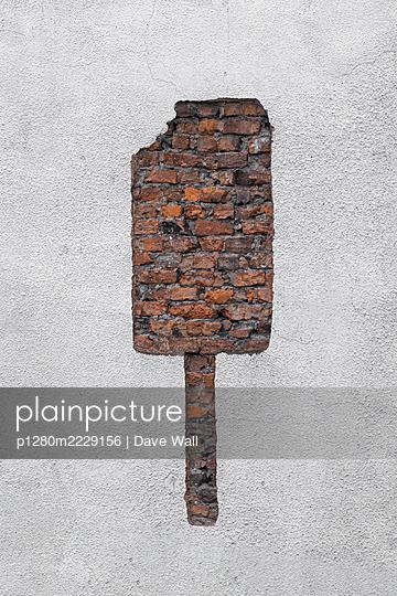 Fehlender Putz an Ziegelmauer, Eis am Stiel - p1280m2229156 von Dave Wall