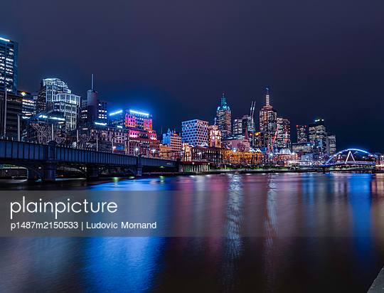 Colorful reflection on Melbourne Flinders Street at night - p1487m2150533 by Ludovic Mornand