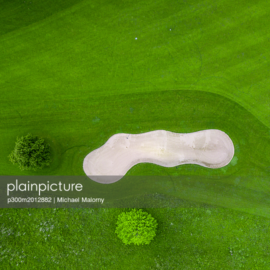 Germany, Baden-Wuerttemberg, Aerial view of golf course with bunker, green and hole - p300m2012882 von Michael Malorny