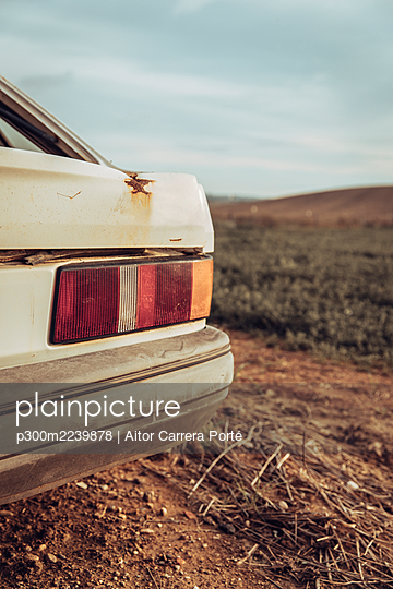 Back of abandoned car deteriorating outdoors - p300m2239878 by Aitor Carrera Porté