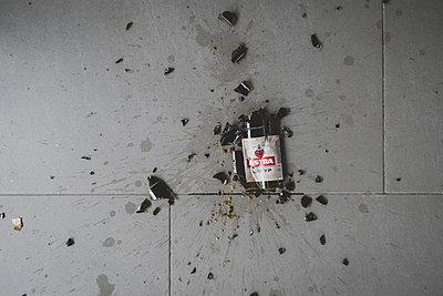 Broken beer bottle - p1345m2055598 by Alexandra Kern