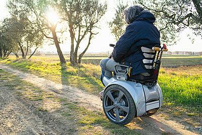 Man on wheels enjoying countryside - p429m2091344 by Francesco Buttitta