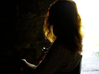 Silhouette einer Frau - p945m1497392 von aurelia frey