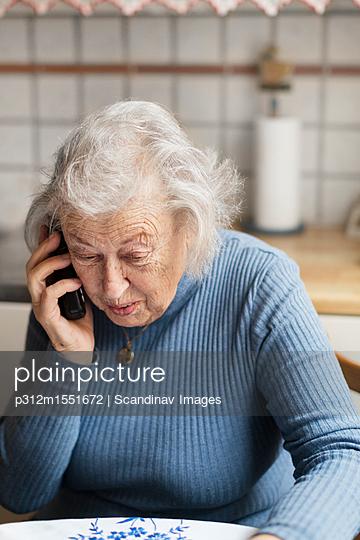 plainpicture | Photo library for authentic images - plainpicture p312m1551672 - old woman talking in the phone - plainpicture/Johner/Scandinav Images