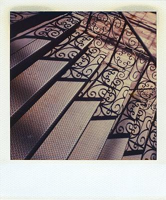 Treppengeländer wirft Schatten auf Stufen - p1154m1110221 von Tom Hogan