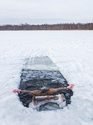 Eisbaden - p390m1582775 von Frank Herfort