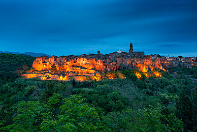 Pitignano, old medieval town on a giant rock in Tuscany, Italy - p871m2123083 by Antonio Busiello