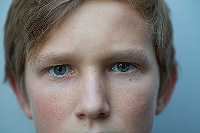 Portrait eines Jungen mit hellblauen Augen - p948m2222836 von Sibylle Pietrek