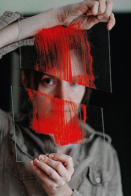 Portrait of a female artist holding broken glass in her studio - p300m2132330 von Oxana Guryanova