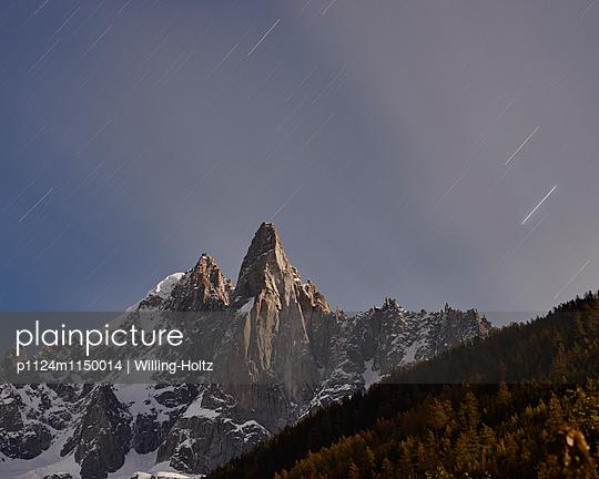 Bergspitze mit Sternenhimmel - p1124m1150014 von Willing-Holtz