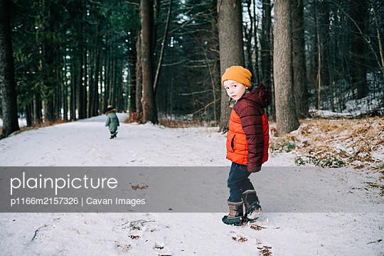 Two children leaving footprints in the snow. - p1166m2157326 by Cavan Images