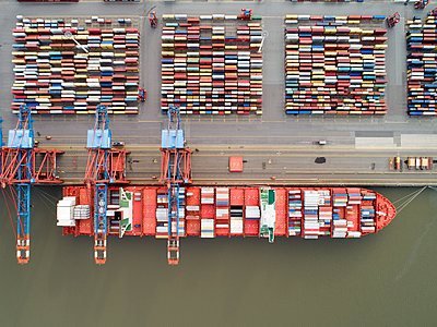 Container terminal, Hamburg harbour, aerial view - p1079m2175923 by Ulrich Mertens