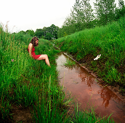 Girl sitting at the ditch - p1231m1057971 by Iris Loonen