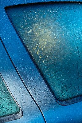 Frost an blauem Fahrzeug - p1418m1571400 von Jan Håkan Dahlström
