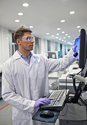 Junger Mann im Laborkittel  - p390m1115643 von Frank Herfort