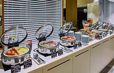 Breakfast buffet in hotel - p390m1441307 by Frank Herfort