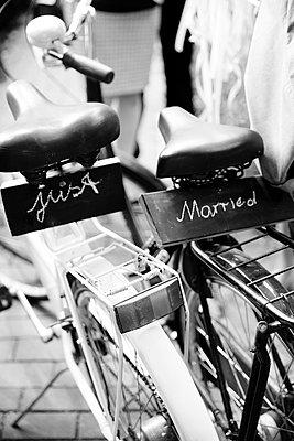 Fahrräder mit Just Married Anhänger - p432m2007513 von mia takahara
