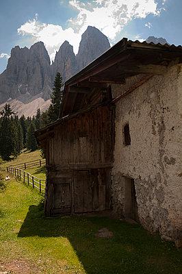 Bauernhaus vor den Geislergruppe - p470m2020330 von Ingrid Michel