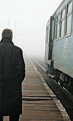 Am Bahnhof - p476m903962 von Ilona Wellmann