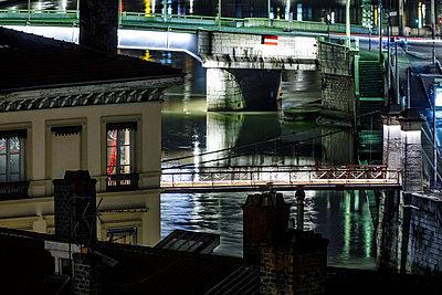 Brücken in Lyon bei Nacht - p910m1467687 von Philippe Lesprit