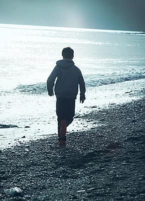 Boy on the beach - p984m1064850 by Mark Owen
