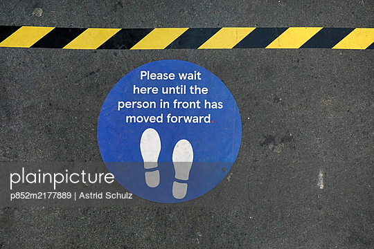 Social Distancing - p852m2177889 von Astrid Schulz