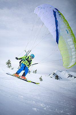 France, Speed riding in winter - p1007m2216580 by Tilby Vattard