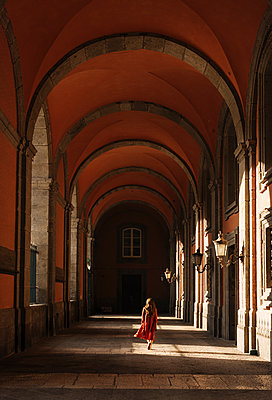 Woman in corridors, Royal Palace of Naples, Italy - p429m1447906 by Ben Pipe Photography