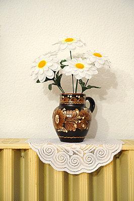 Vase mit künstlichen Blumen - p4902342 von Andreas Rumpf