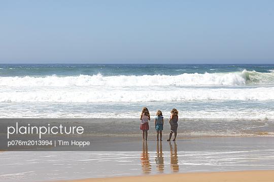 Drei Mädchen am Strand - p076m2013994 von Tim Hoppe