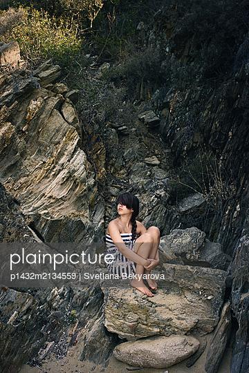 Junge Frau an einer Felsküste - p1432m2134559 von Svetlana Bekyarova