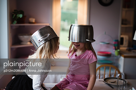 Girls wearing pots - p312m2086489 by Anna Johnsson