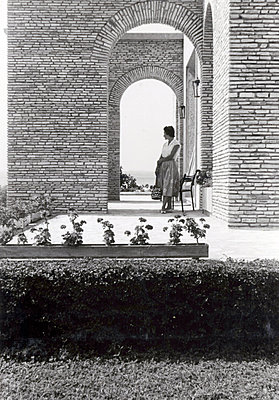 Young woman on a Mediterranean terrace - p1541m2116900 by Ruth Botzenhardt