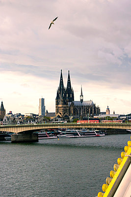 Funfair in Cologne with cathedral in background - p879m1538003 by nico