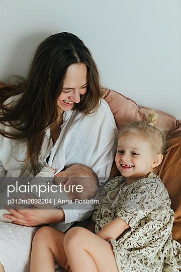 Mother with children - p312m2092204 by Anna Roström