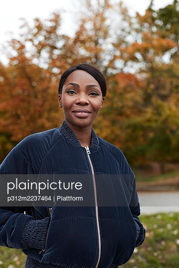 Smiling woman looking at camera - p312m2237464 by Plattform