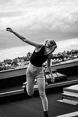 Frau tanzend auf Dach - p1491m1582663 von Jessica Prautzsch