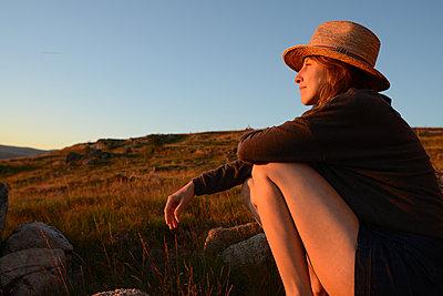 Frau im Abendlicht - p1631m2208655 von Raphaël Lorand