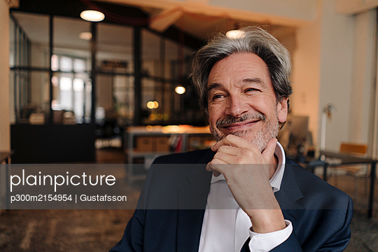 Portait of smiling senior businessman in office - p300m2154954 by Gustafsson
