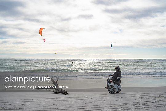 Man on wheels enjoying seaside - p429m2091342 by Francesco Buttitta